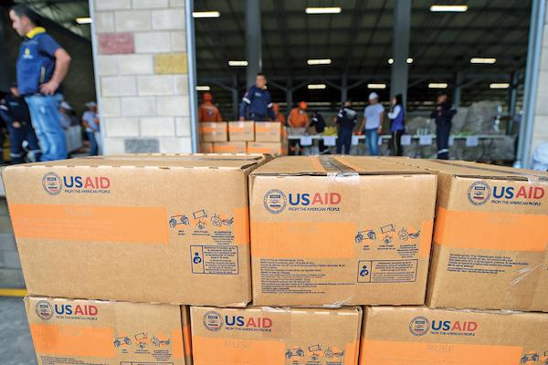 Las cajas con ayuda internacional llegaron desde el pasado 8 de febrero a Colombia. Foto: AFP