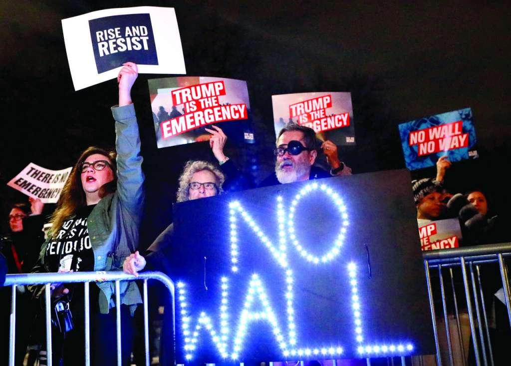 Ayer hubo manifestaciones en la Torre Trump contra la construcción del muro fronterizo. FOTO: REUTERS