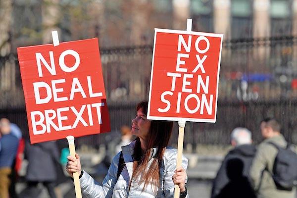 LONDRES. Manifestante pro-Brexit exhibe carteles fuera de las casas del Parlamento. Foto: Reuters