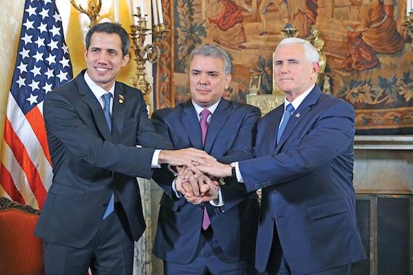 BOGOTÁ. El vicepresidente de EU, Mike Pence (der.), y el presiente de Colombia, Iván Duque, dieron su apoyo a Guaidó. Foto: AFP