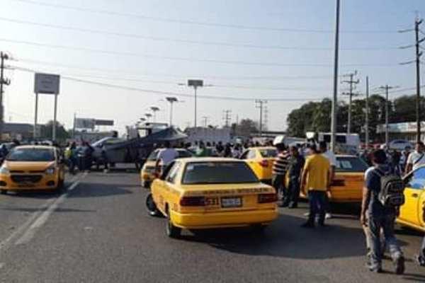Los trabajadores bloquean el tramo carreteroTehuantepec-Salina Cruz. Foto: @LuisGallegosMx