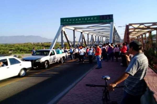 Los profesores, exigen una mesa de trabajo con las autoridades estatales y la IEEPO. Foto: Especial