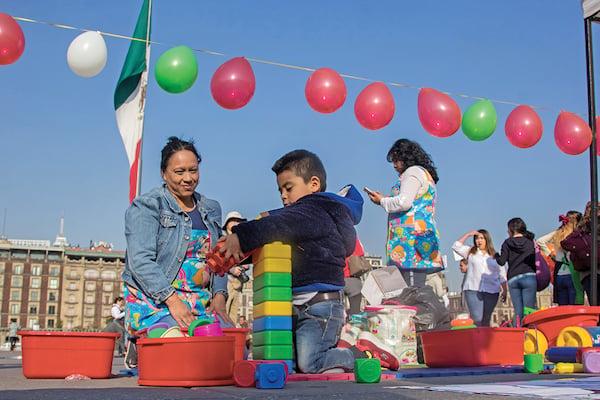 Empleadas de estancias infantiles protestaron dando clases en el Zócalo de la CDMX. FOTO: GALO CAÑAS /CUARTOSCURO.COM