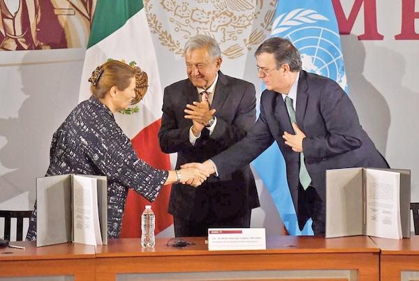 Greta Framo, de la ONU, y el canciller Marcelo Ebrard acompañaron al presiden- te López Obrador a la firma del convenio con el organismo internacional. Foto: Pablo Salazar Solis / El Heraldo de México