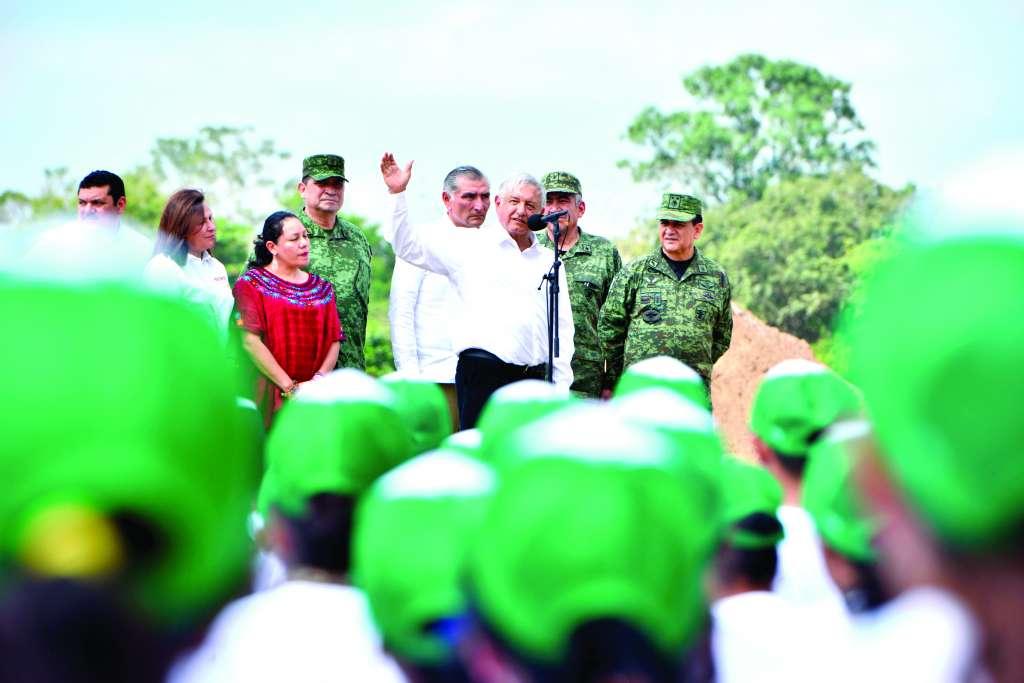 El Presidente agradeció el apoyo de las Fuerzas Armadas a su gobierno.  FOTO: CUARTOSCURO