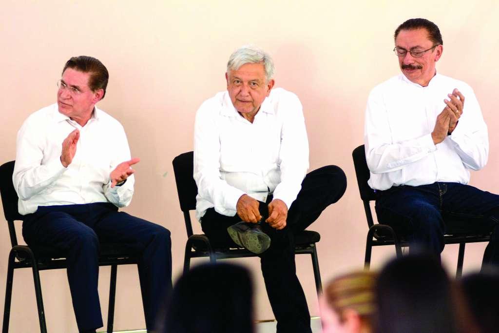 El Presidente de la República, acompañado por José Rosas Aispuro, y Cedric Escalante, subsecretario de Infraestructura. FOTO: CUARTOSCURO
