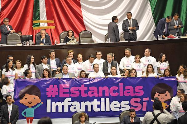 Diputados protestan en San Lázaro por la reducción de recursos a estancias infantiles. Foto: Leslie Pérez / El Heraldo de México
