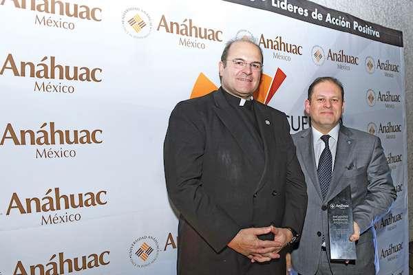 Cipriano Sánchez  otorgó reconocimientos a Franco Carreño Osorio, Director General de El Heraldo de México. Foto: Leslie Pérez / El Heraldo de México