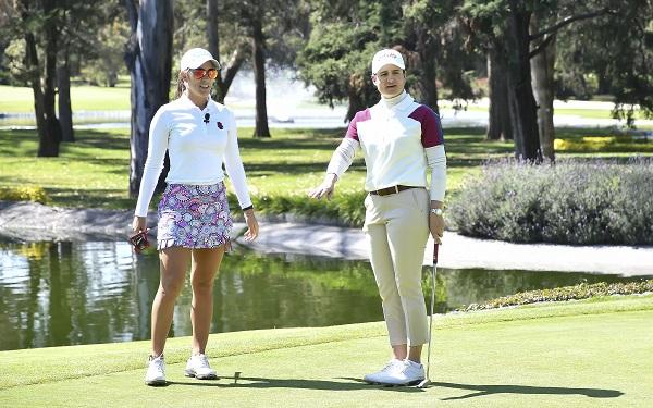 EN EL CAMPO. María Fassi, en compañía de la golfista tapatía. Foto: JDS Agencia
