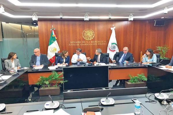Senadores de la oposición abandonaron la reunión de comisiones unidas. Foto: Especial.