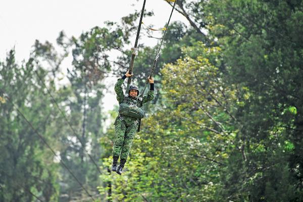 Una soldado ejecuta el simulacro de un salto de 18 mil pies de altura. Foto: Leslie Pérez / El Heraldo de México