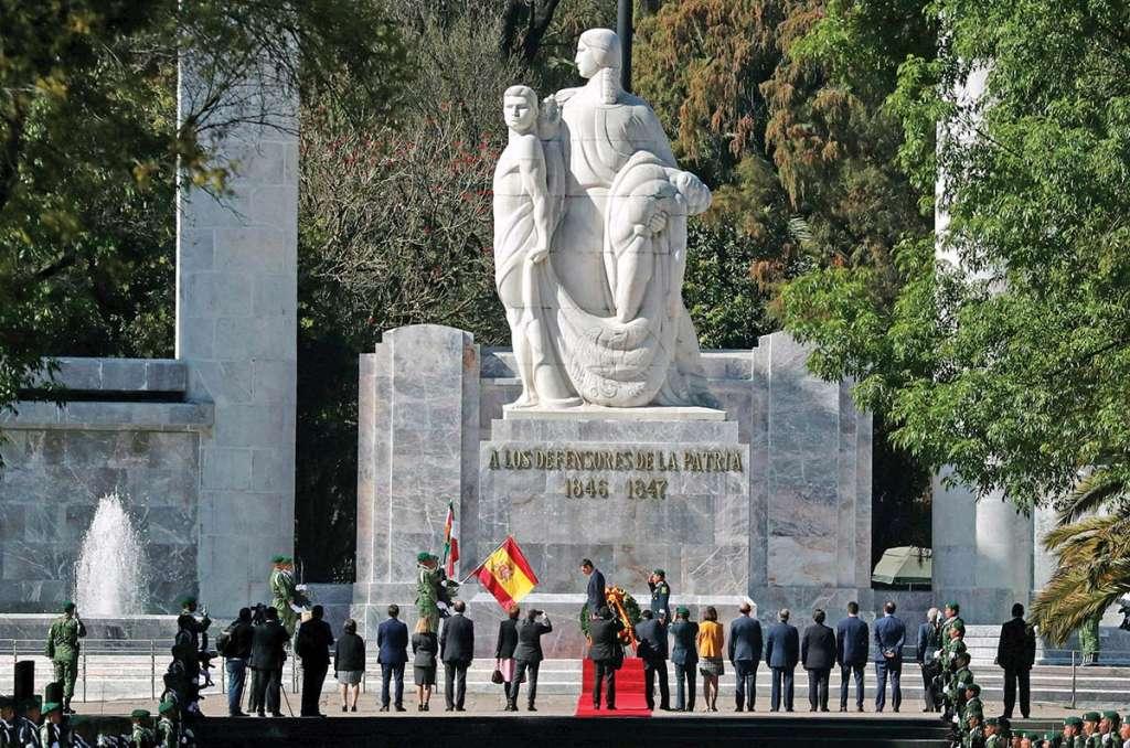 Sánchez en el momento que coloca un arreglo en el monumento a los Niños Héroes. FOTO: REUTERS