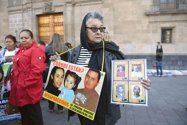 EXIGENCIA. Afuera de Palacio Nacional, familiares de personas desaparecidas protestaron para exigir verdad y justicia. Foto: Leslie Pérez / El Heraldo de México.
