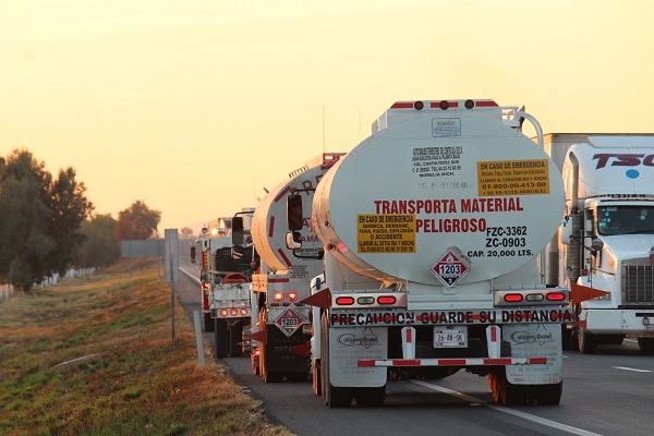 Expertos de Pemex  validaron las características técnicas de los autotanques. Foto: Cuartoscuro