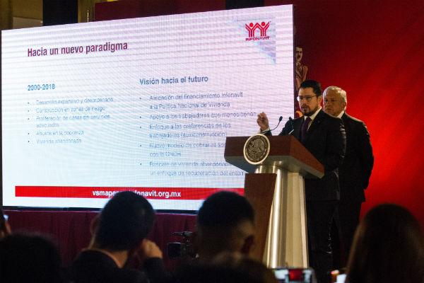 Carlos Martínez Velázquez, director del Infonavit, destacó los avances del programa de préstamos a pesos. FOTO: CUARTOSCURO