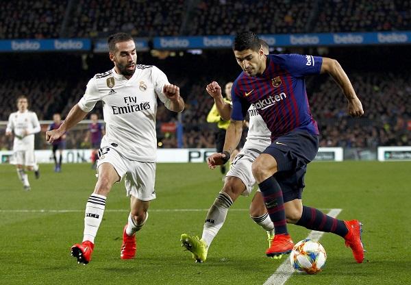 El delantero uruguayo del FC Barcelona Luis Suárez (d) intenta superar a Lucas Vázquez (c) y Dani Carvajal, ambos del Real Madrid, durante el partido de ida de las semifinales de la Copa del Rey. Foto: EFE