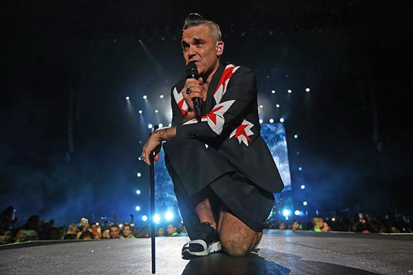 Robbie Williams cantante Británico, durante su presentación en la Arena VFG. FOTO: NOTIMEX