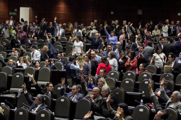 """Aunque apoyaron la reforma, diputados como Marco Gómez del PVEM, recordaron que el escritor emitió declaraciones inconvenientes (""""se las metimos doblada"""")"""