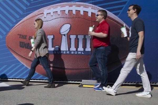Las apuestas para el Super Bowl de este domingo entre los Patriots de Nueva Inglaterra y los Rams de Los Ángeles superan el millón de dólares y tienen al primero de estos equipos como favorito al título. Foto: EFE