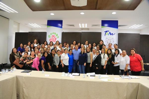 Reunión entre el gobernador Francisco García Cabeza de Vaca y operadores de estancias infantiles. Foto: Especial.