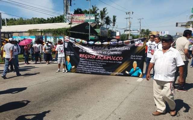 Marchan maestros de Guerrero