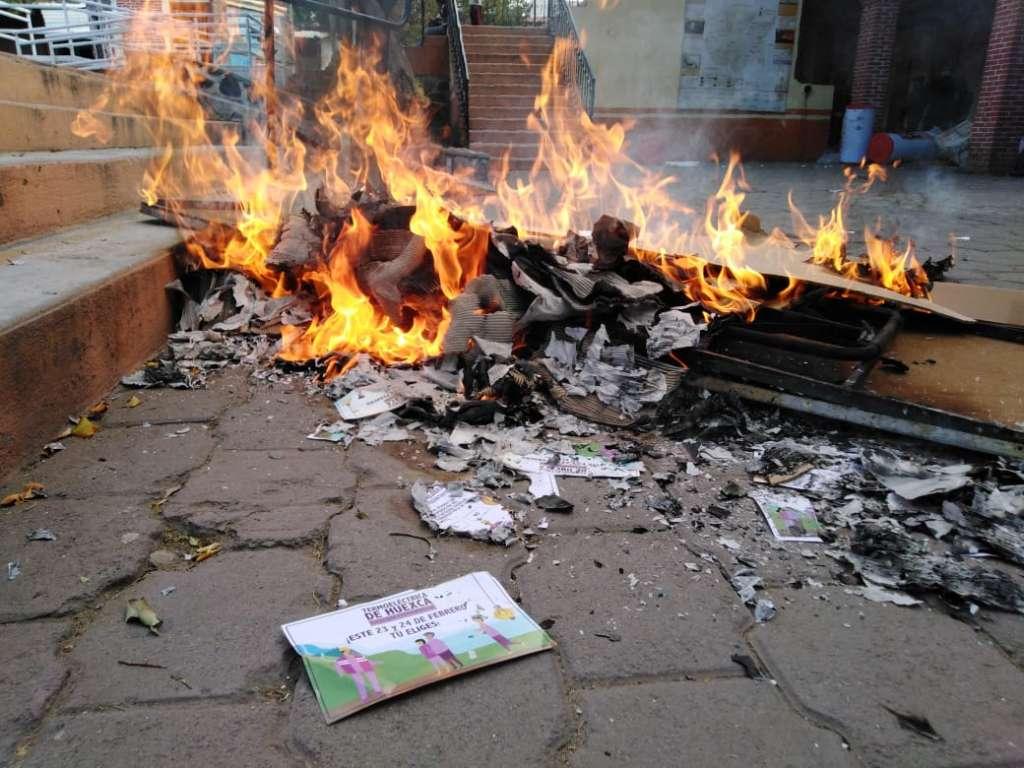 Pobladores de Temoac queman casilla