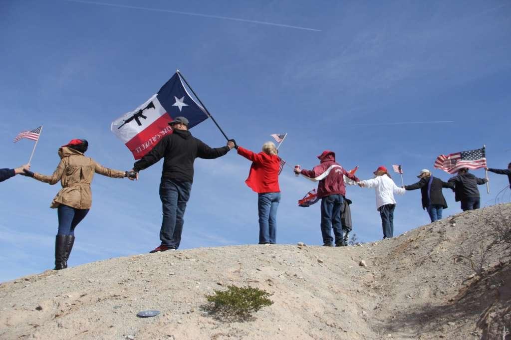 Un grupo de personas llegó este sábado hasta los límites de Sunland Park, Nuevo México, y Ciudad Juárez. FOTO: ESPECIAL