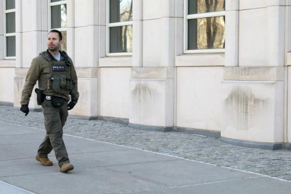 Un guardia de seguridad dijo que tenía una orden de arresto en su contra, pero la fiscalía no ha explicado por qué