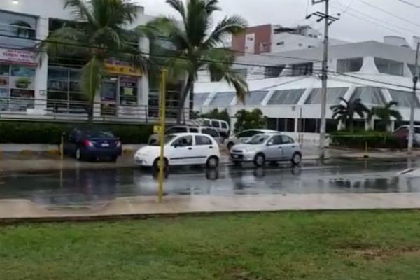 La Policía Municipal cerró la circulación en los carriles laterales de la avenida Tulum, para facilitar el trabajo de los peritos de la Fiscalía General del Estado