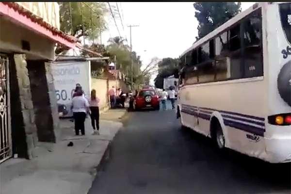Los vecinos y las mujeres golpearon a los hombres antes de que llegaran policías de la Comisión Estatal de Seguridad, quienes arrestaron a los asaltantes.