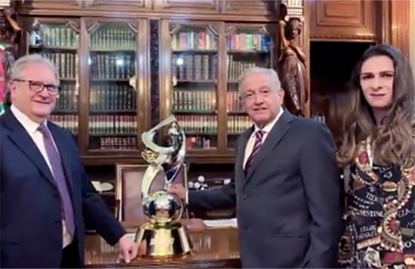 López Obrador mostró el trofeo que se le entregará al campeón de los juegos preolímpicos, en donde México participará.