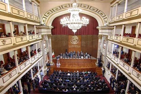 Andrés Manuel López Obrador dijo que con la Cuarta Transformación correspondería tener una nueva Constitución. FOTO: ESPECIAL