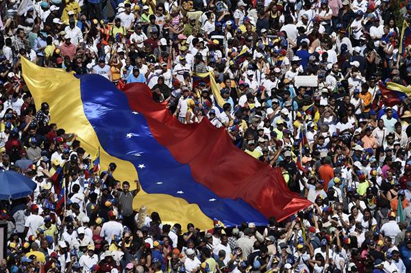 Venezuela sufrió en los últimos años un colapso económico marcado por la hiperinflación y la escasez de insumos de primera necesidad, que la oposición culpa al gobierno de Maduro. FOTO: AFP