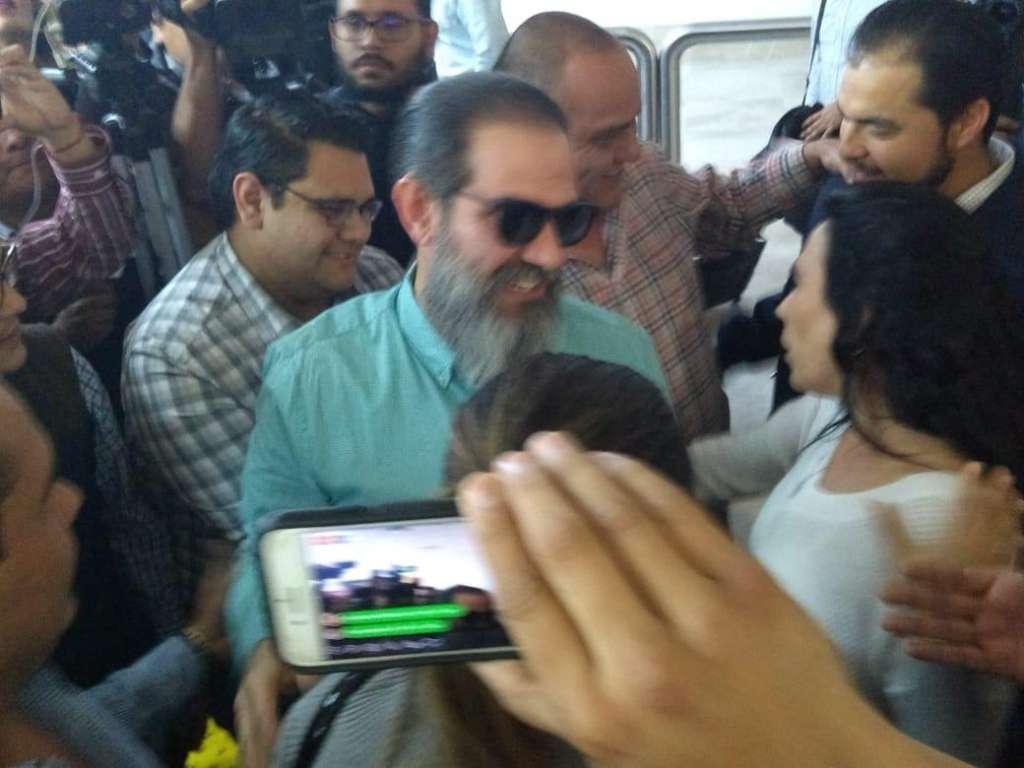 Padrés Elías lució sonriente en medio de los abrazos de exfuncionarios de su administración estatal. FOTO: ESPECIAL