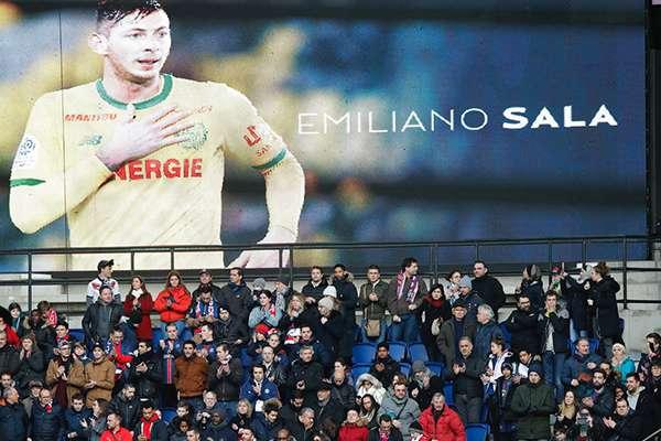 Un tributo al futbolista argentino Emiliano Sala se lleva a cabo previo al partido de la liga francesa entre Paris Saint-Germain y Burdeos, en el estadio Parc des Princes de París, el sábado 9 de febrero de 2019. FOTO: AFP
