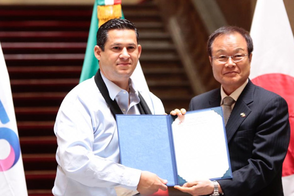 El gobernador, Diego Sinhue Rodríguez se reunió con una delegación de la Cámara de Comercio e Industria de Japón. FOTO: ESPECIAL