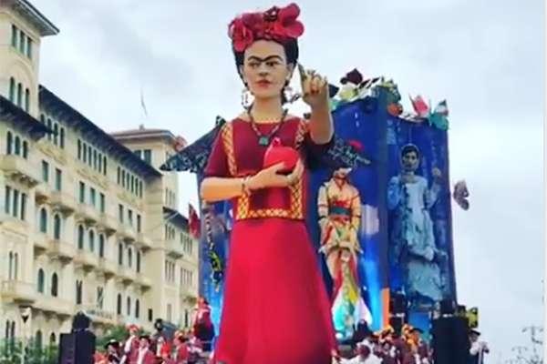 En esta ocasión llamó la atención la creación de un carro alegórico con una imagen monumental en movimiento de la pintora Frida Kahlo, el cual concursó por un lugar en el evento.