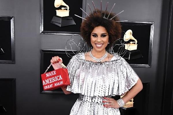 La cantante también portó un adorno similar a un alambre de púas en la parte superior del vestido, además de una corona de barrotes en la cabeza.FOTO: AFP