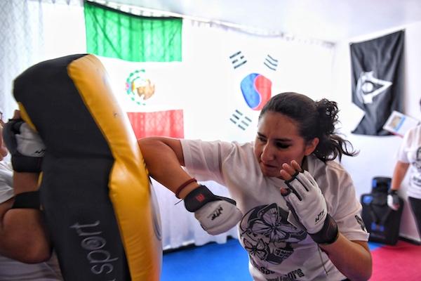Una mujer en riesgo debe reaccionar rápido y con potencia. Foto: Leslie Pérez / El Heraldo de México