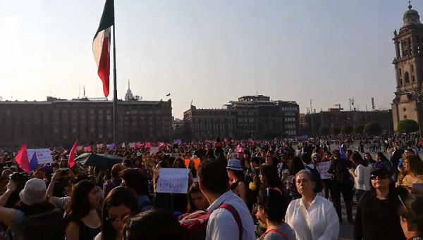 La marcha arriba a la plancha del Zócalo capitalino; estiman más de cinco mil asistentes. Foto: Carlos Navarro