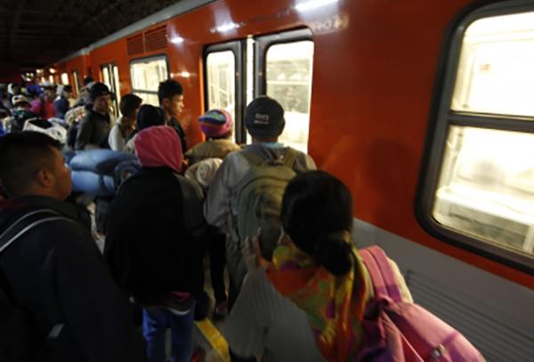El STC Metro también pidió a los usuarios evitar rebasar la línea amarilla de seguridad, que indica el límite de la zona de espera, a fin de evitar accidentes. Foto: Notimex