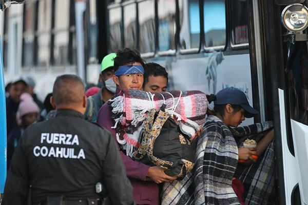 La aduana de Eagle Pass, Texas, está preparada para atender solamente entre 12 y 15 solicites de asilo político por día. Foto: Especial