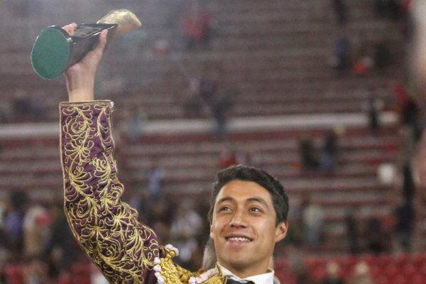 Sergio Flores le tumbó ayer una oreja a un burel del hierro de Arturo Gilio, lidiado como segundo de su lote