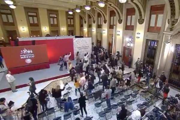 López Obrador pidió a los presentes salir con calma. Foto: Especial