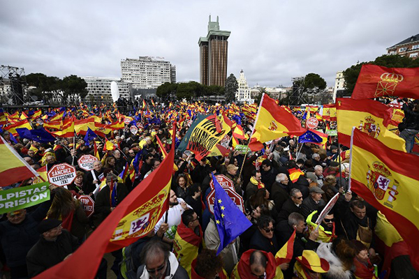 En medio de una marea de banderas españolas y algunas de la Unión Europea (UE), 45.000 personas, según la policía,