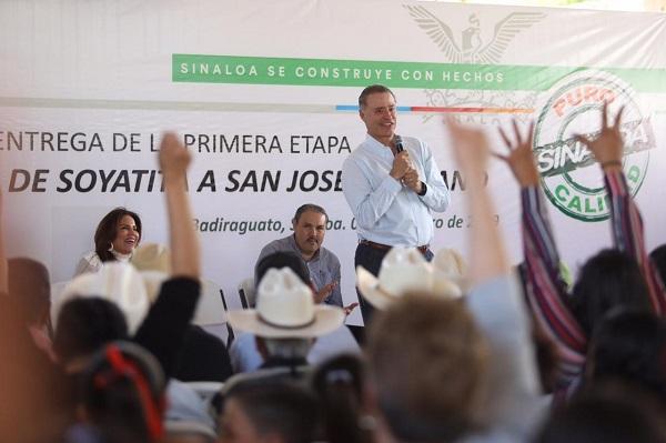 Durante el evento, el gobernador Ordaz Coppel escuchó algunas peticiones de la comunidad, a las que se comprometió atender de inmediato. Foto: Especial