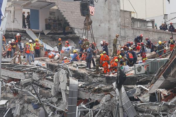 Miles de personas en el Zócalo de la Ciudad de México disfrutaron de un concierto gratuito en que artistas nacionales e internacionales pidieron mantener la ayuda para los damnificados de los terremotos que se registraron en México. Foto: Cuartoscuro