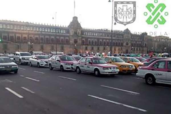 Taxistas en el Zócalo de la Ciudad de México. FOTO: OVIAL
