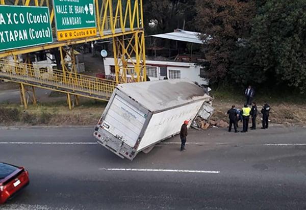 El camión transportaba pescado congelado y el accidente ocurrió alrededor de las 06:30 de la mañana por lo que hasta el momento no se tiene registro de alguna persona herida.FOTO: TWITTER