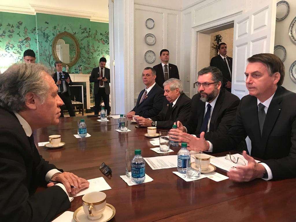 La reunión entre Bolsonaro y Almagro se dio antes de la que sostendrá el presiente de Brasil con Donald Trump. Foto: @Almagro_OEA2015